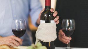 El sumiller es un experto en vinos, y su principal función es recomendar a los clientes de grandes restaurantes cuáles son los tipos de vino más apropiados