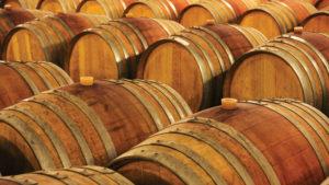 Generalmente todas las barricas se fabrican de madera de roble americano o francés, ya que aportan sabores y aromas que enriquecen los vinos y evita que se altere su color